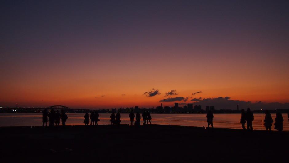 日の出を待つ人々 ハーバーランド