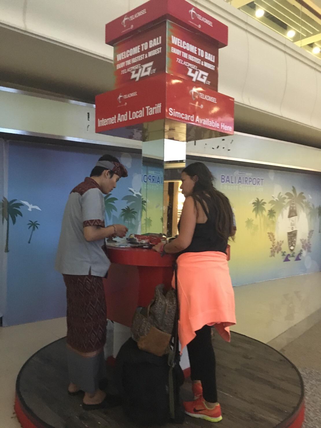 デンパサール空港 telkom sim