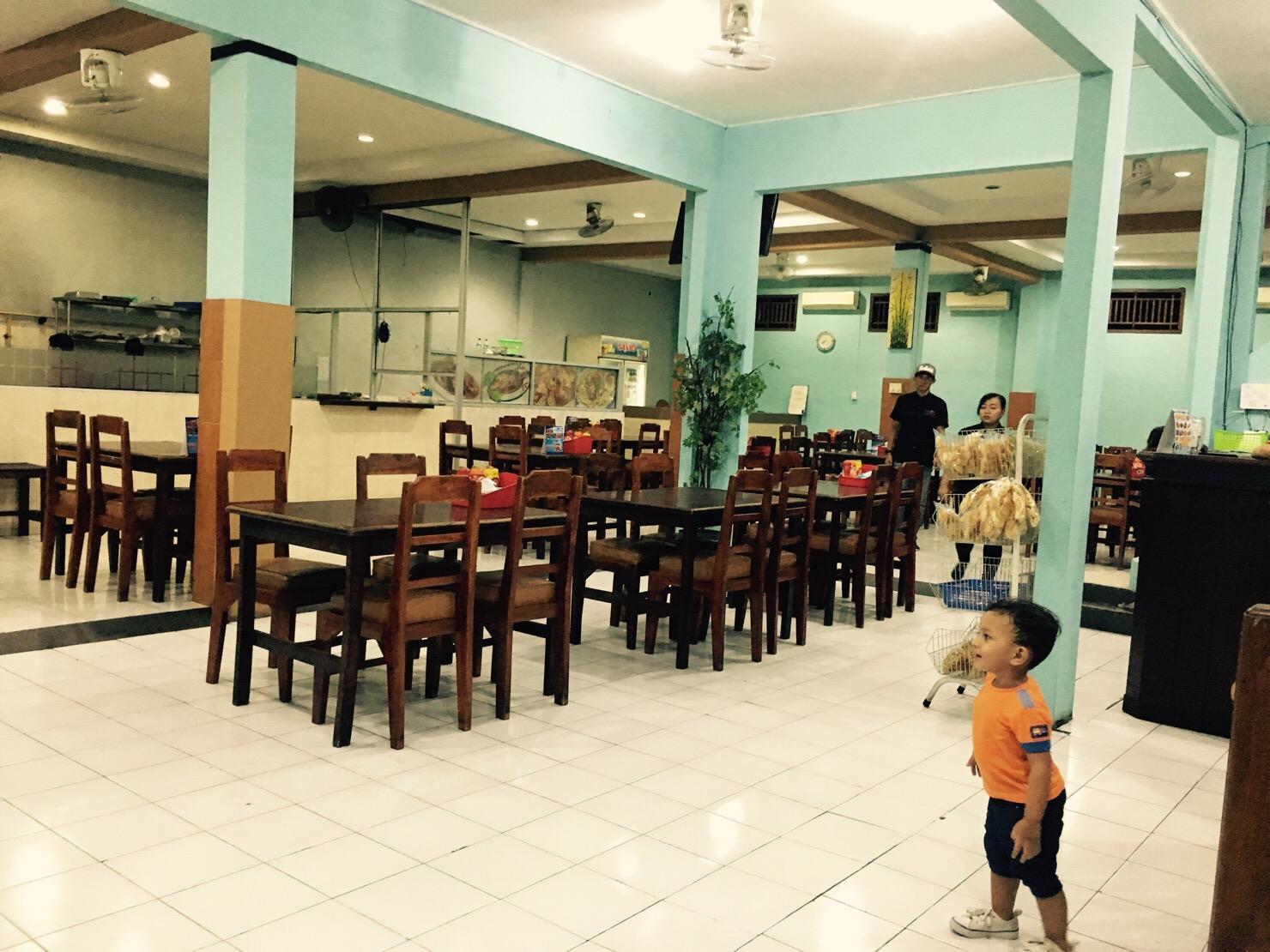 インドネシア ワルン店内